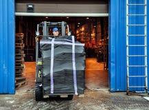 Forklift no grande armazém fotografia de stock