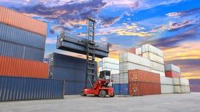 Forklift obchodzi się zbiornika pudełko przy dockyard z pięknym s Zdjęcie Stock