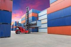 Forklift obchodzi się zbiornika pudełko przy dockyard z pięknym s Fotografia Royalty Free