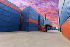 Forklift obchodzi się zbiornika pudełko przy dockyard z pięknym s Obrazy Stock