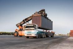 Forklift obchodzi się zbiornika pudełkowatego ładowanie Obraz Stock