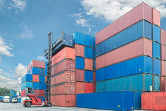 Forklift obchodzi się zbiornika pudełkowatego ładowanie przewozić samochodem w importowym expor Zdjęcie Stock