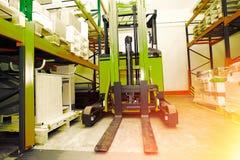 Forklift, odkłada i dręczy z barłogami w dystrybuci warehou Zdjęcie Royalty Free