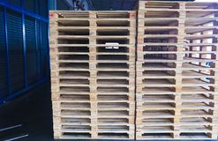 Forklift operator obchodzi si? drewnianych bar?ogi w magazynowym ?adunku dla transportu klient fabryka fotografia stock