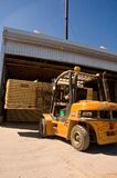 Forklift que segura a madeira 2 Fotos de Stock Royalty Free