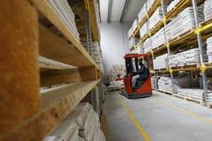 Forklift que trabalha em um armazém de madeira Imagem de Stock