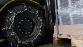 Forklift ruszać się pudełka i towary zbiory