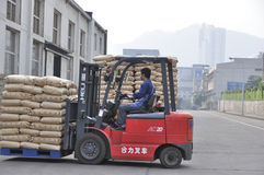 Forklift transshipment ładunek Zdjęcia Stock