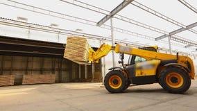 Forklift w fabryce, forklift ciężarówka odtransportowywa deski w fabryce Maszyneria przy woodworking rośliną zdjęcie wideo