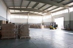 Forklift w magazynie Zdjęcia Stock