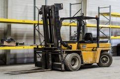 Forklift w pustym magazynie zdjęcie royalty free