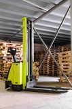 forklifter αποθήκη εμπορευμάτων σ Στοκ φωτογραφία με δικαίωμα ελεύθερης χρήσης