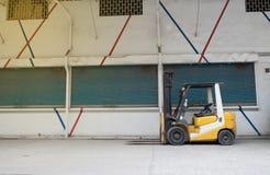 Forklifts in opslag wordt geparkeerd die royalty-vrije stock afbeeldingen