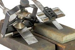 Formões apertados em gabaritos do guia do ângulo em mós de moedura foto de stock royalty free