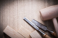 Formões lisos dos malhos de madeira dos tijolos no fim de madeira do fundo acima de v Fotografia de Stock