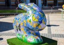 form 3D av påskkaninen eller kanin med målade mångfärgade blommor, fjärilar och påskägg på den Härlig konst Arkivbilder
