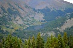 Form del lago mirror una distanza Tin Cup, colorado Fotografia Stock