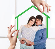 Form des grünen Hauses mit junger Familie nach innen Lizenzfreie Stockfotografie