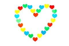 Form des großen Herzens aufgebaut von den wenig farbigen Herzen auf Weiß Stockfotos