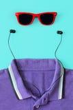 Form des Mannes Kopfhörer, Sonnenbrille, Hemd Stockbild