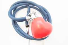Form des roten Herzens liegt nahe dem Kopf des Stethoskops, verdreht in Spirale, auf Draufsicht des weißen Hintergrundes Ideenfot Stockfotos