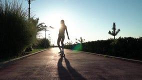 Form des sportlichen Bikinimädchens, das allein auf die Küstengasse fährt stock footage
