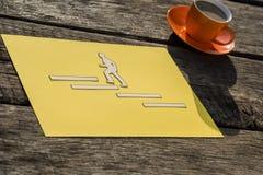 Form eines Geschäftsmannes, der oben die Treppe in Richtung zum Erfolg klettert lizenzfreie stockfotografie
