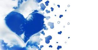 Form eines Herzens in einem blauen Himmel, fliegende Herzen lokalisiert auf Weiß Stockbild