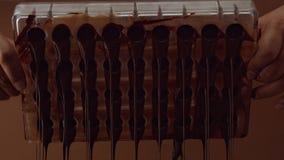 Form för form för chokladgodis i process av att skapa candys Arkivfoton
