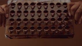 Form för form för chokladgodis i process av att skapa candys Arkivbild