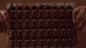 Form för form för chokladgodis i process av att skapa candys Royaltyfri Fotografi