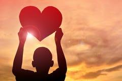 Form för hjärta för konturpojke hållande Royaltyfria Bilder