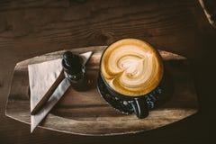Form för hjärta för yttersida för bästa sikt för kopp kaffe i träbakgrund Royaltyfria Bilder