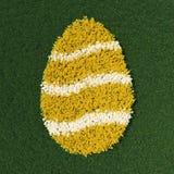 Form för påskägget med våren blommar på en grön äng Arkivbilder