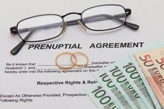 Form för Prenuptial överenskommelse och två vigselringar Royaltyfri Fotografi