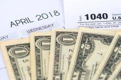 form för skatt 1040, april 2018 kalender, dollar Royaltyfri Bild