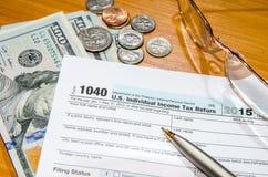form för skatt 1040 för 2016 med dollaren och pennan Royaltyfri Bild