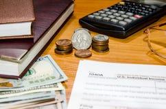 Form för skatt 1040 för 2016 med pennan, exponeringsglas, dollar Arkivfoto