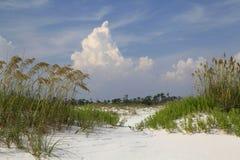 Form för stackmolnmoln över dyn för sand för havshavre dolda arkivfoton