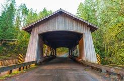 Form för brohuset, platsen av den Cedar Creek mälden maler i morgonen, Washington, USA Royaltyfri Bild