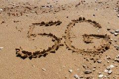 Form 5G auf dem Sand lizenzfreie stockbilder