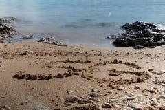Form 5G auf dem Sand lizenzfreie stockfotografie