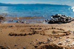 Form 5G auf dem Sand lizenzfreies stockbild