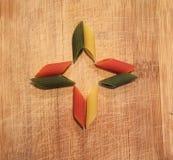 Form gemacht von den Teigwaren auf einem hölzernen Hintergrund Stockfoto