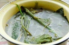 Form i en panna med grönsaker Arkivbilder