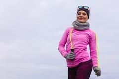 Formação da mulher exterior com corda de salto no dia frio Imagem de Stock