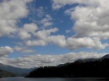 Formação da nuvem acima de um lago bonito no Chile imagem de stock