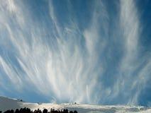 Formação da nuvem de encontro a um céu azul Fotografia de Stock