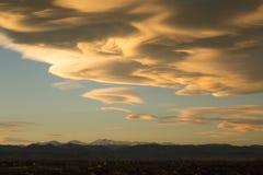 Formação da nuvem de Linicular durante um por do sol de Colorado fotografia de stock