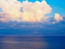 Formação da nuvem do fim da tarde sobre o mar, Grécia fotografia de stock royalty free